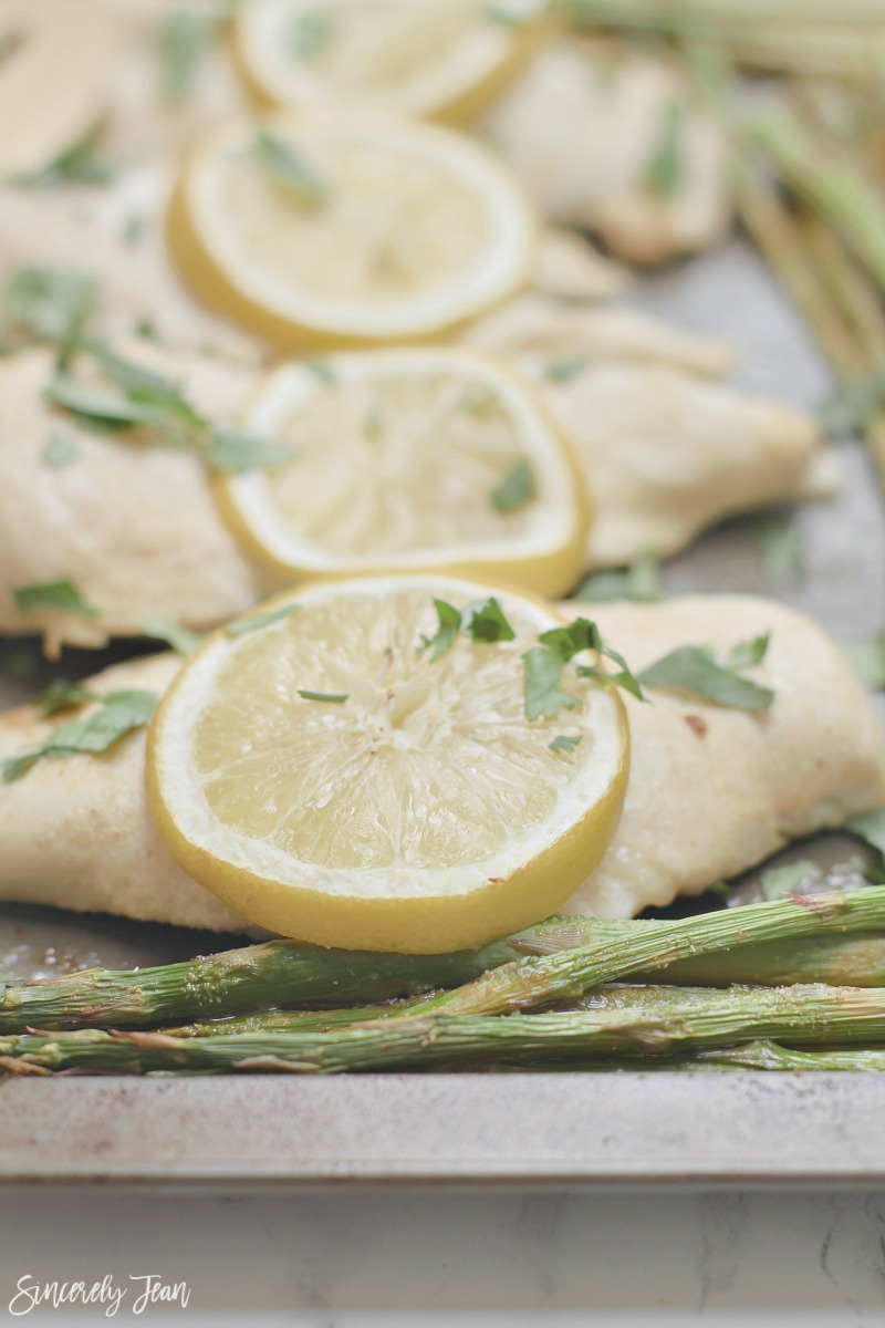 Simple Lemon Chicken and Asparagus - 5 Ingredient Dinner - Easy Dinner - Healthy Dinner Recipe | www.sincerelyjean.com