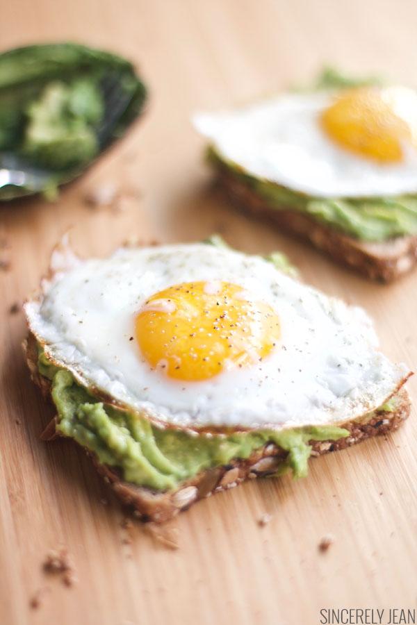 Egg and Avacado Toast - Breakfast, fast, healthy, skinny, fitness, 5 minutes, avocado toast, eggs