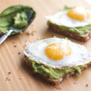 Egg and Avacado Toast - Breakfast, fast, healthy, skinny, fitness, 5 minutes, avocado toast, eggs